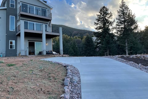 Mountain retreat close to it all! Views & privacy!