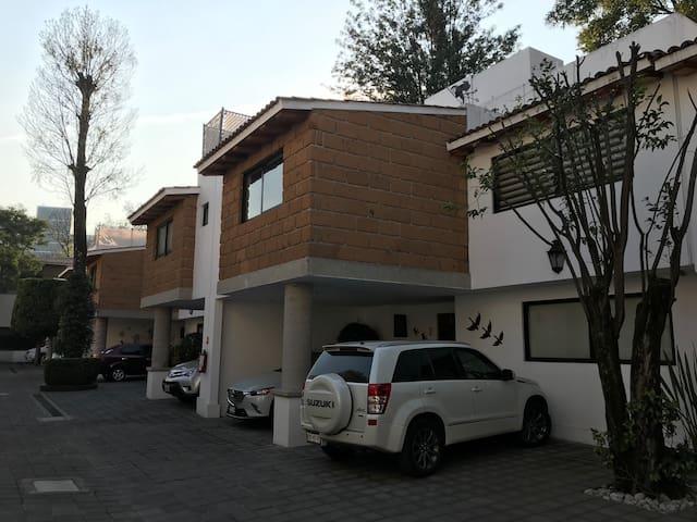 Habitación disponible para renta.