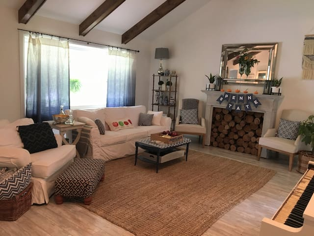 Large 4-Bedroom: Close to stadium, campus and town
