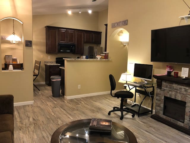 4 BR-Pool-Next to Shopping Center- Free Breakfast