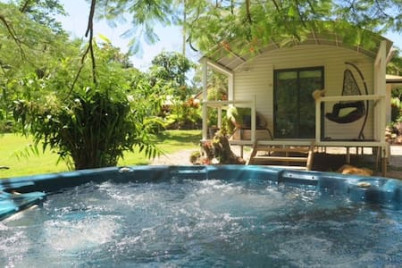 Cabin in the Tropics with Spa Creek and Rainforest - Redlynch - Stuga