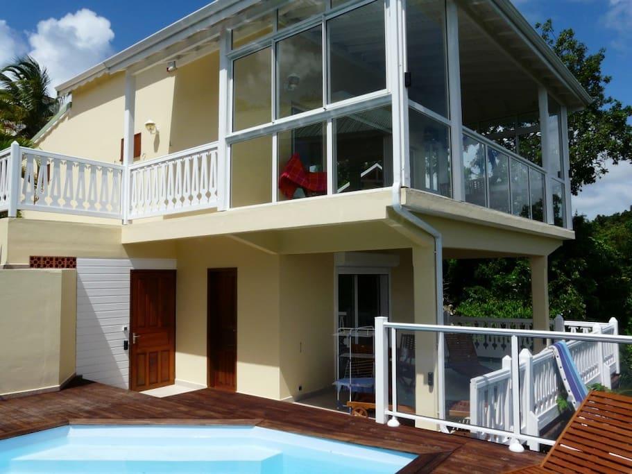Vue de la villa Nature, sur 3 niveaux : N-1 le niveau piscine, N0 la véranda, N1 la grande chambre et sa salle d'eau WC.