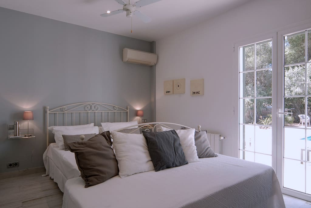 Casa Bonita Menorca: Einstein, suite with two beds - King Size Bed (160x200 cm.) and a single bed (90x190 cm) -, with private bath en suite.