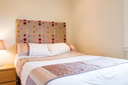 Lovely bright double bedroom - Penicuik - 独立屋