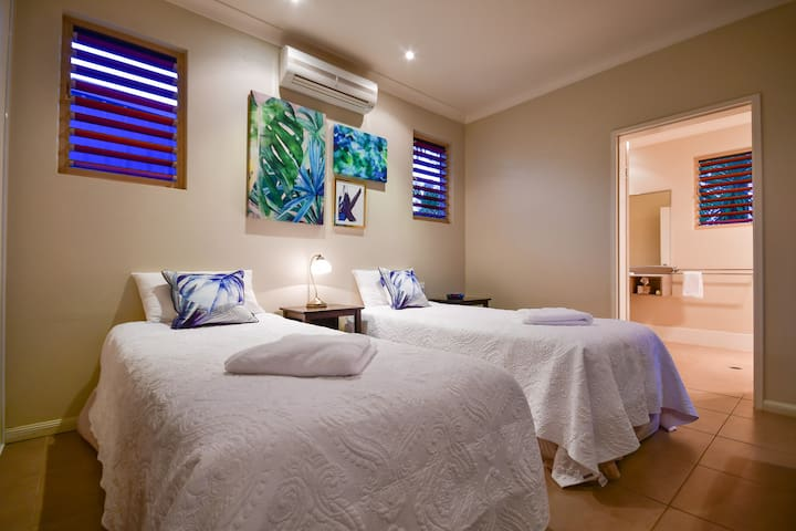 Blue Summit Hideaway -Luxury King/Twin Spa Villa 5