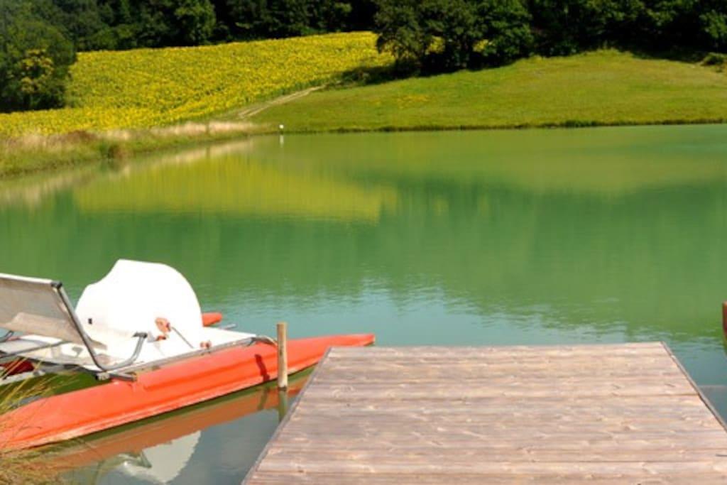 Lac avec pédalos et barque