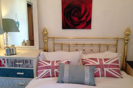 Comfortable double room,warm welcome. - Southport - Casa