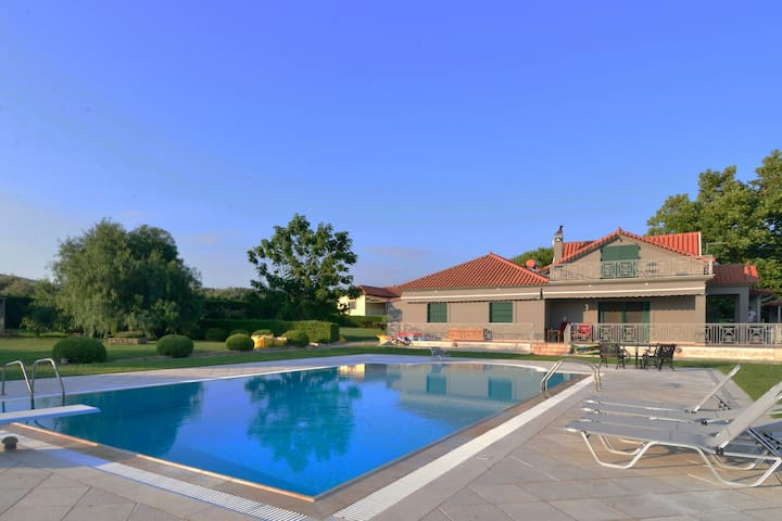 Villa Navarino - Estate w. Pool, Tennis & gardens
