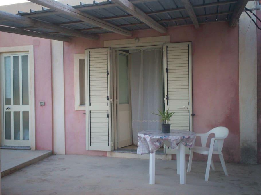 L'ingresso è dotato di terrazza con tettoia organizzata per poterci prendere il sole e cenare!