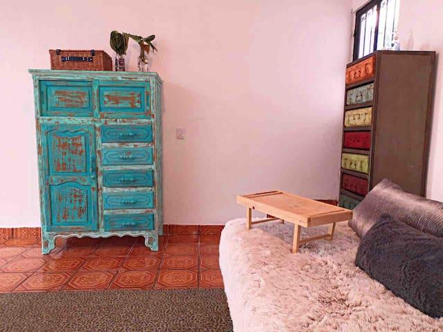El primer piso es tipo Loft... La sala de descanso está equipada con una cama matrimonial tipo Chaise Longue, colchones de piso y una zona con librería y ludo teca, además de unos prácticos armarios restaurados que te permitirán mantener el orden.