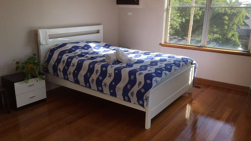 Large & Bright private room- walk to Deakin - Burwood - House