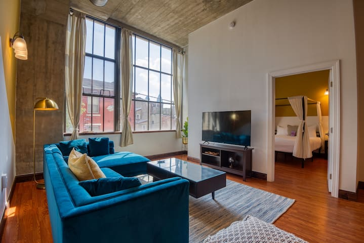 Spacious & Sleek suite by Center City + on-site paid Parking