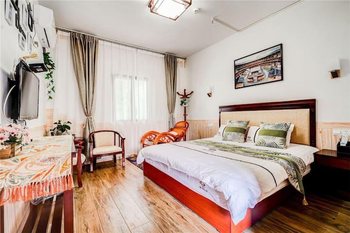 浪漫大床房~~感恩庄园320(开门见山,环境优雅)
