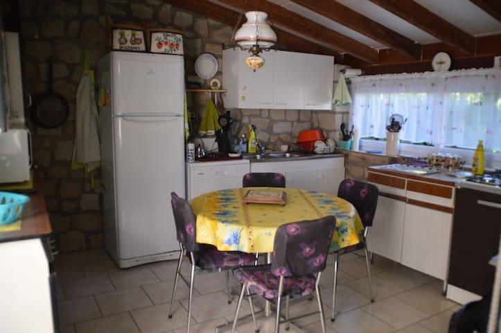La cuisine couverte extérieure tout équipée : micro-onde, plaques de cuisson, réfrigérateur, lave-vaiselles
