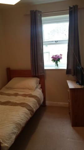 Cosy room to let . - Guiseley  - Apartamento