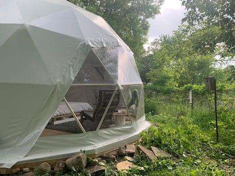 Удивительный эко-купол с доком для плавания!