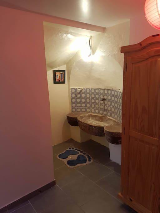 lavabo en pierre dans la chambre parental