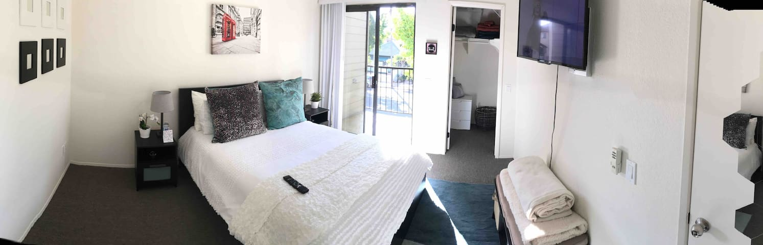 Cozy bedroom + private bathroom in the heart of SD