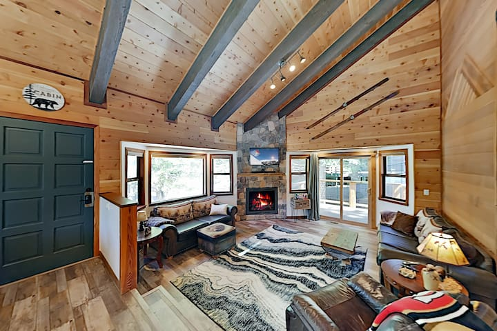 Cozy All-Season Cabin Near Shops, Beach, Skiing