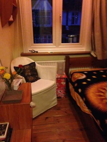 Tiny but charming single room; ideal location - London - Hus