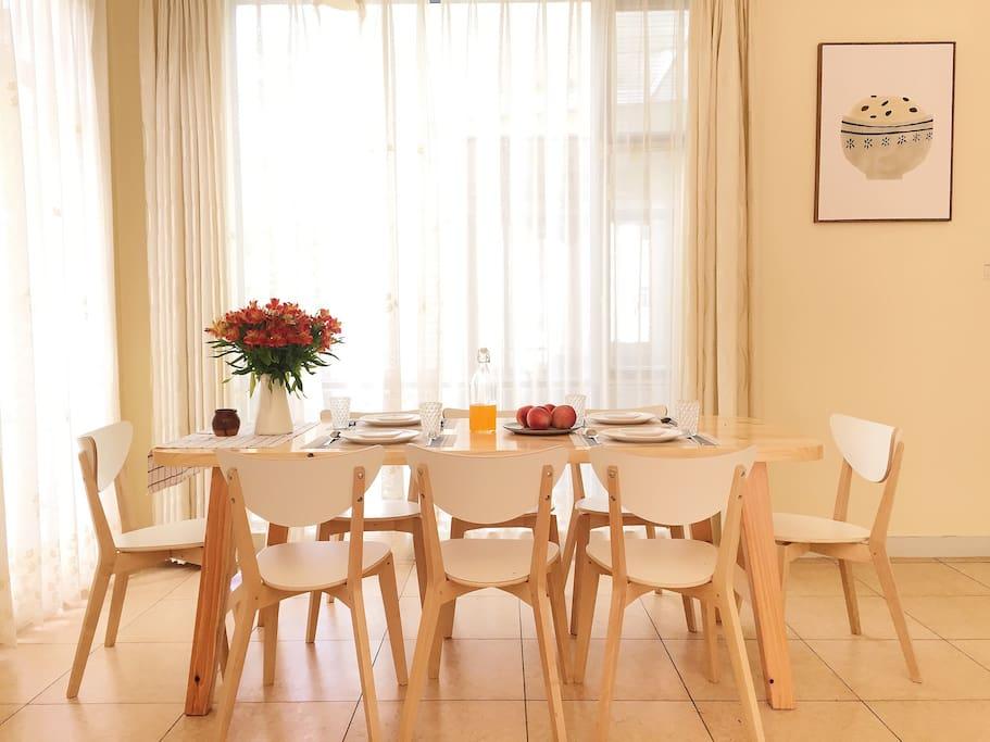 超大开放式厨房,定制实木餐桌,可供八人使用。