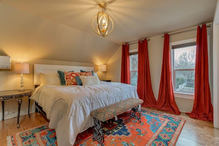 2nd Floor Master Bedroom w/Brand New King Bed