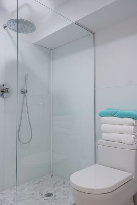 Modern white glass bathroom with Duravit and Grohe accessories