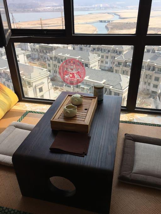 坐在窗边的榻榻米上,喝茶放空