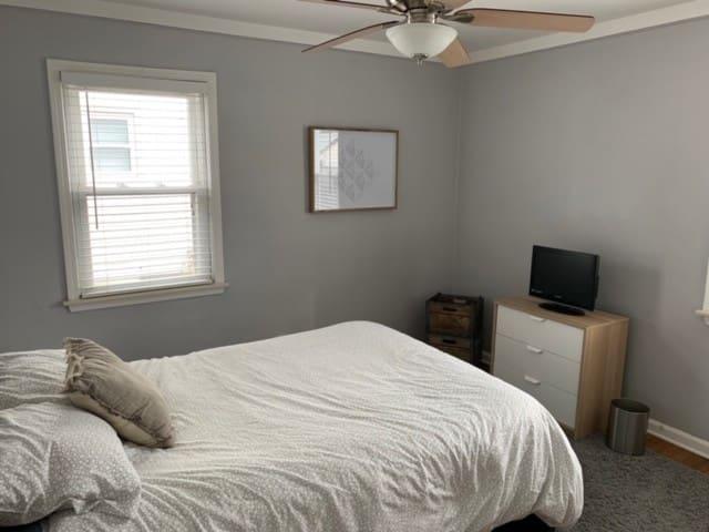 Cozy Detroit metro bedroom for visitors/tourists!