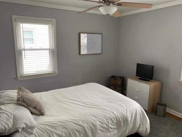 Cozy Detroit metro bedroom for visitors/tourists!
