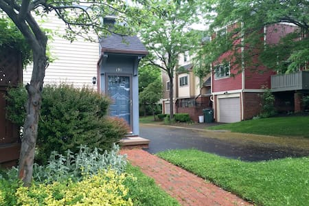 Private Luxury Living–Central to U of R & City - Rochester - Apartment