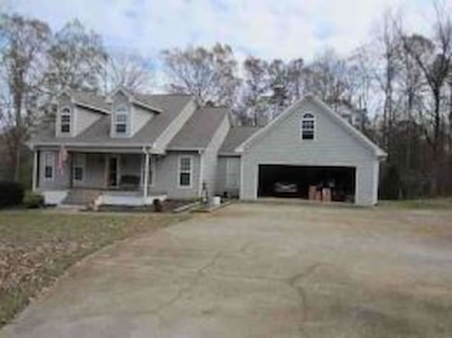 Custom, immaculate home, private rapid I-85 access - Commerce - Huis