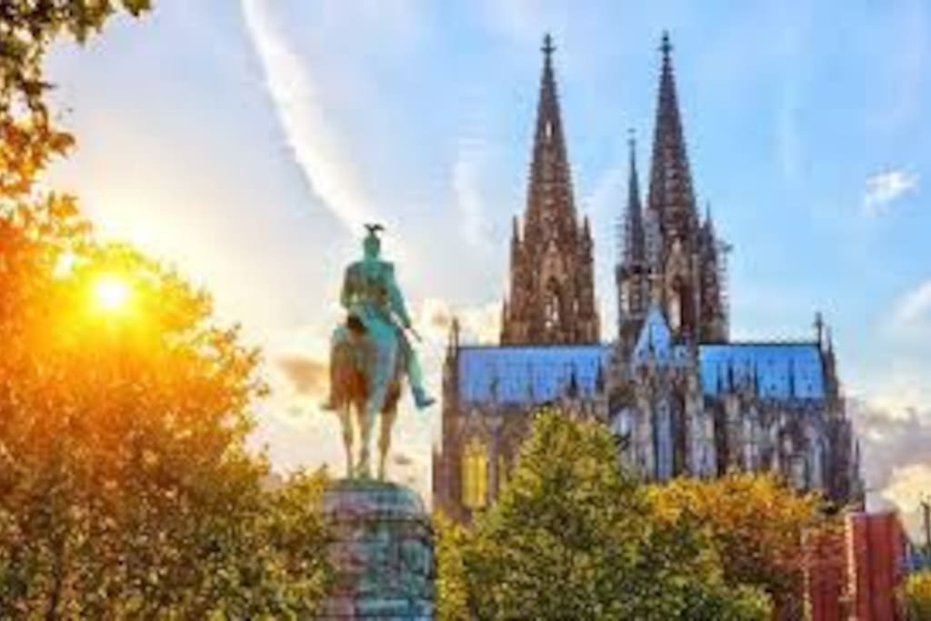 cathedral of Cologne and main train station are located at 1.8 kms form the flat