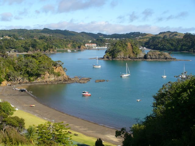 Mooray in peaceful Pacific Bay