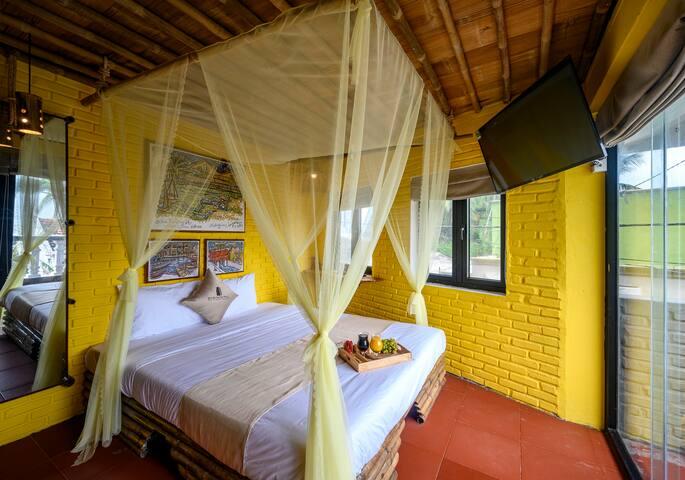 Phòng giường đôi - Với ban công nhìn 1 góc ra biển
