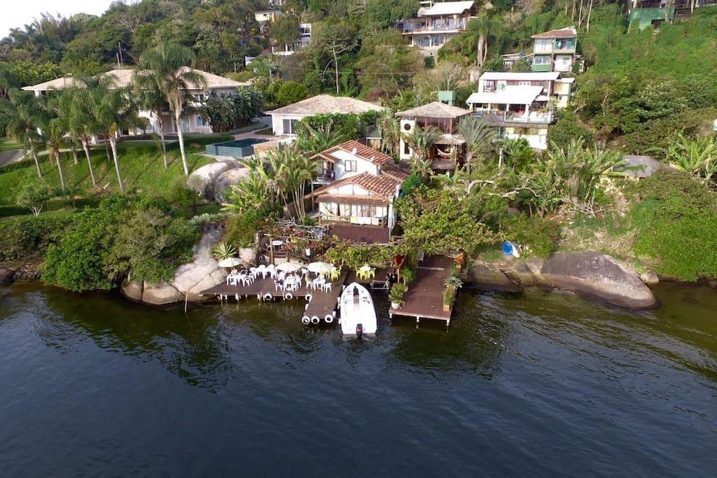 Vista aérea da residência que possui acesso exclusivo à Lagoa da Conceição.