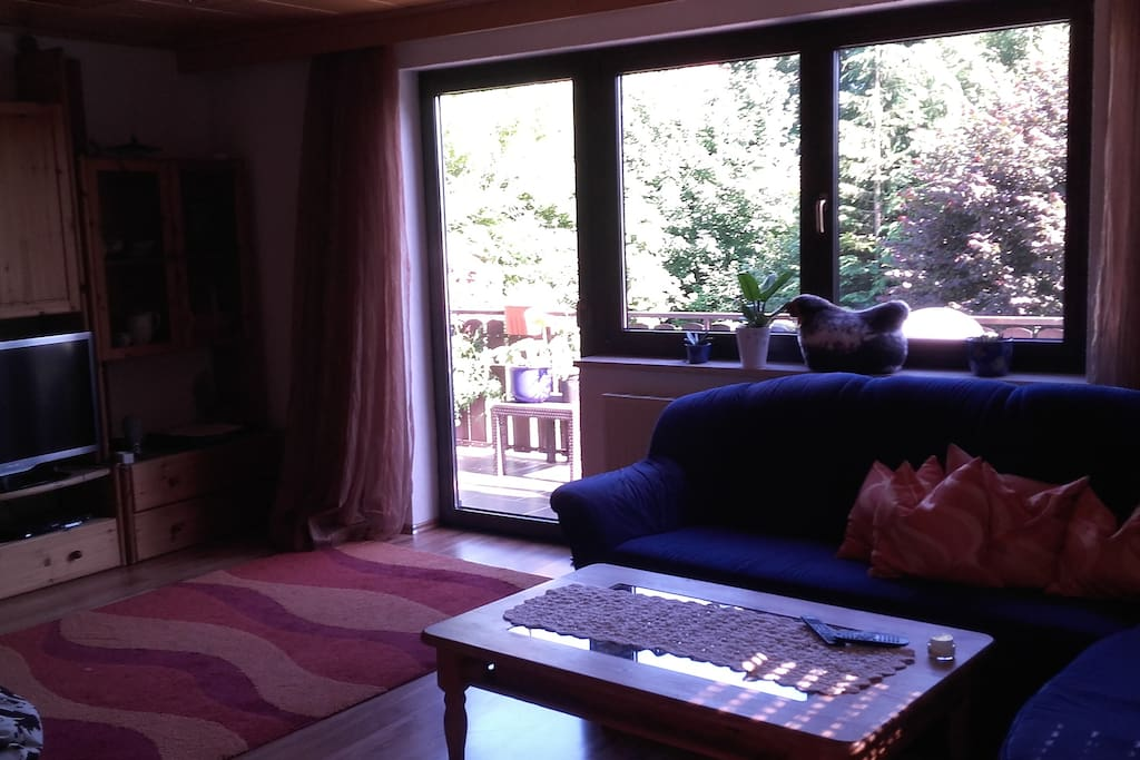 Wohnzimmer mit Balkon, mit schöner Aussicht
