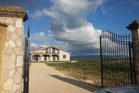 Bellissima villa immersa nella natura - Menfi - 別墅