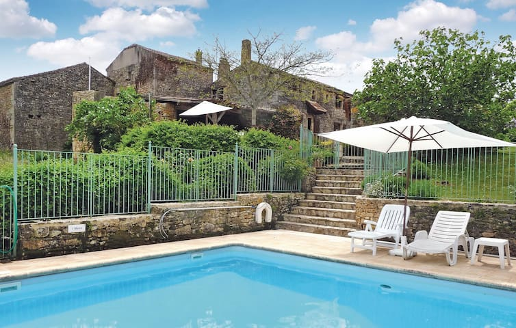 Holiday cottage with 4 bedrooms on 0 m² in Sauveterre La Lemance