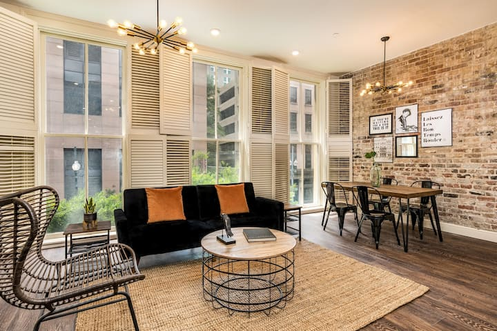 Bright, Stylish condo near French Quarter #201