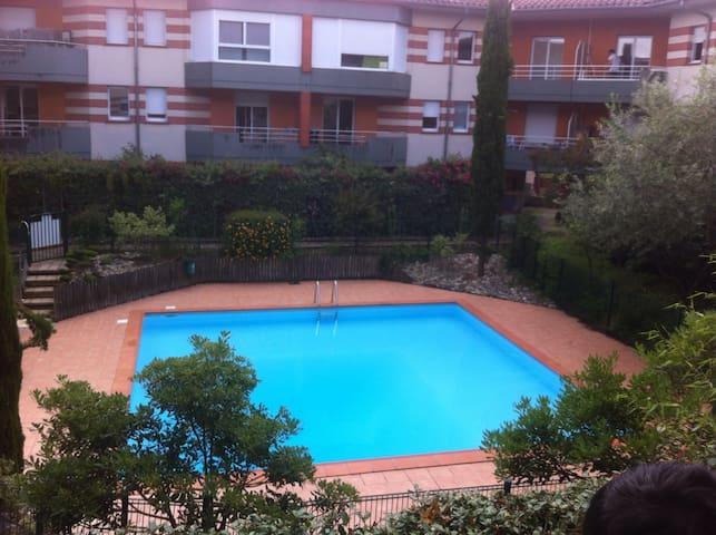 piscine securisee et reglementee a usage collectif pour les residents .