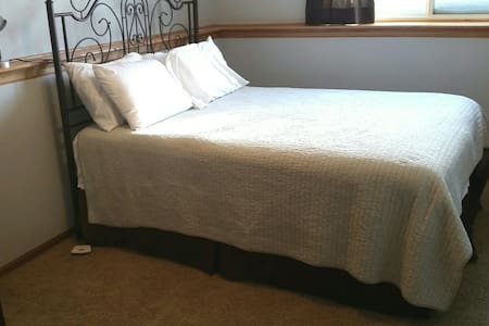Comfy South Fargo Queen Bed & Private Bath - Fargo