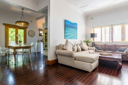 Stylish & Beautiful 2BR Bondi Beach Apartment! - Bondi Beach - Apartment
