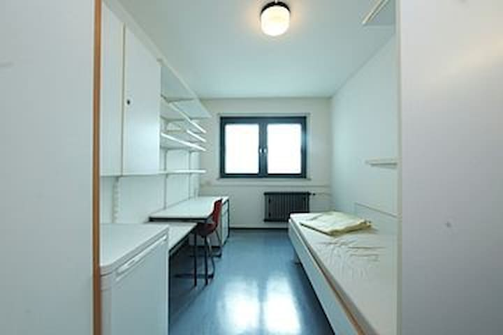 Privates Zimmer in Wohnheim/Private Dormitory Room