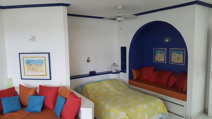 En el espacio azul que se ve en la foto puede ser utilizado como cama de una plaza para dormir para una persona