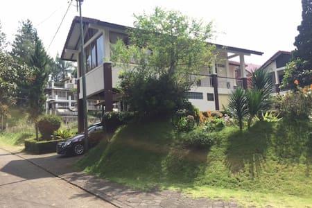 Villa Rose diLingkungan Villa Istana Bunga Bandung - Parongpong - Villa