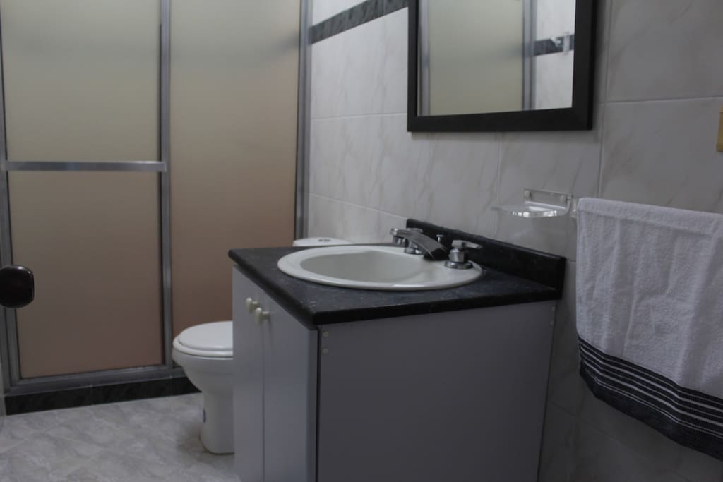 Baño cómodo y amplio de uso común.