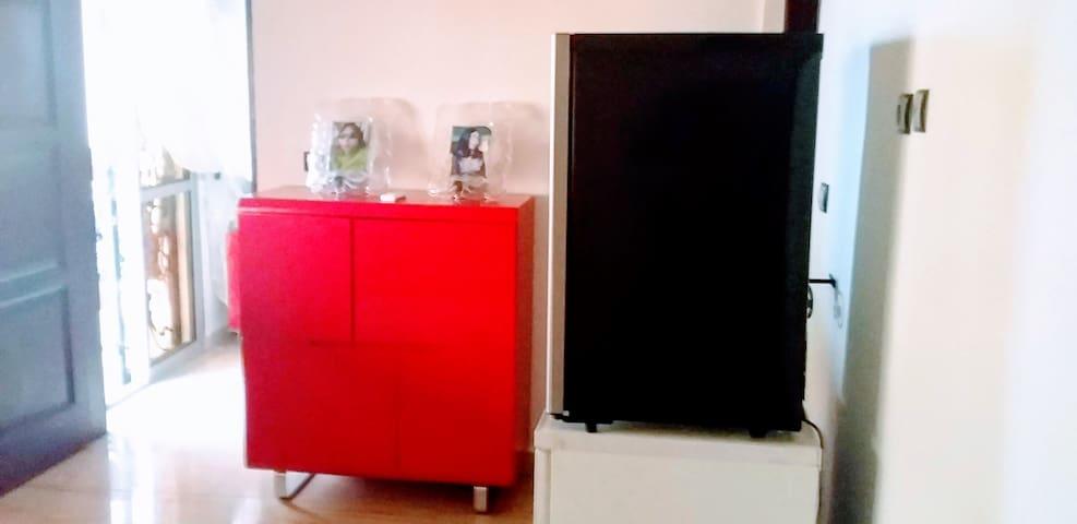 Commode de rangement rouge de la marque IKIA-France, d'un réfrigérateur