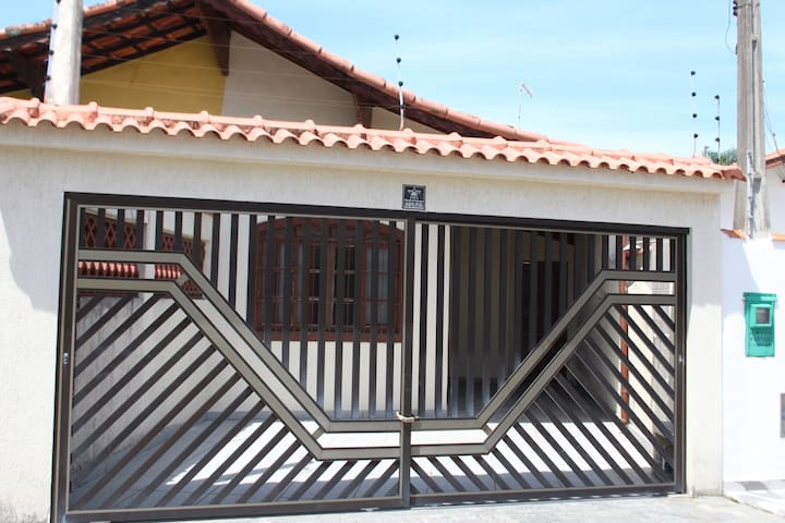 Ótima Casa com 2 dormitórios a 30 metros da praia