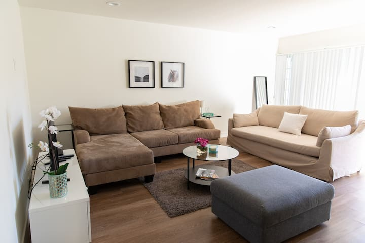 Modern Apartment close to Hollywood Blvd and Sign